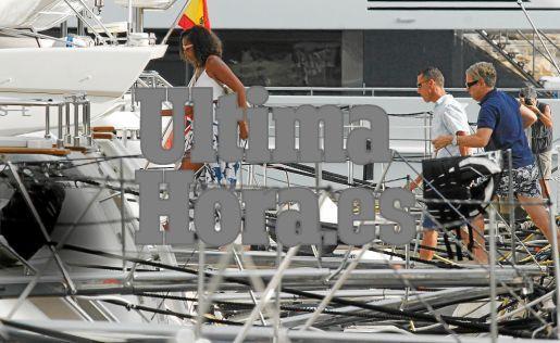 Ohne aufzublicken huscht Michelle Obama in Puerto Portals an Bord. Das Foto gelang Julián Aguirre, Reporter der MM-Schwesterzeit
