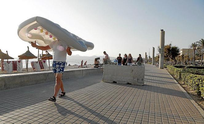 Eine Betonbarriere mitten auf der Meerespromeande an der Playa de Palma.