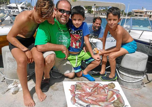 Hobbyfischer auf Mallorca präsentieren stolz die ersten Raons der Saison.