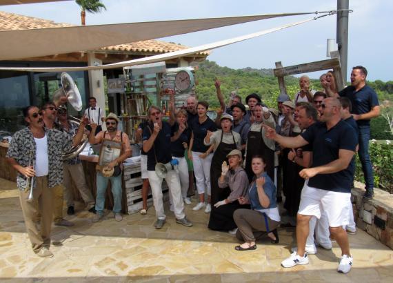 """""""Vamos Rafa!"""" – die Mitarbeiter des Robinson-Clubs Cala Serena drehten auf der Terrasse des Clubhauses von Golf Vall d'Or ein ku"""