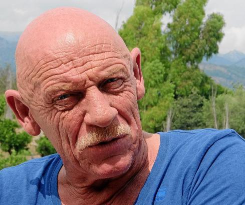 """Interview im Orangen-Hain: Joe Bausch auf der Terrasse des Finca-Hotels """"Los Naranjos"""" in Son Sardina. Anlass seines Mallorca-Be"""