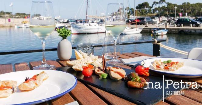 Restaurant Na Petra bietet Snacks, Salate und Tapas für den kleinen Hunger oder bei großer Hitze.