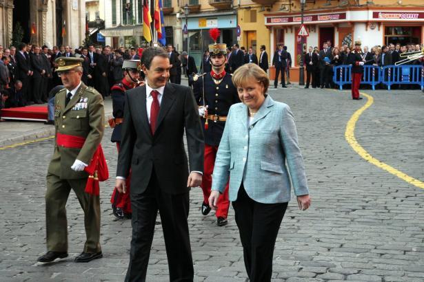 Bundeskanzlerin Angela Merkel mit dem damaligen spanischen Ministerpräsidenten José Luis Rodríguez Zapatero während ihres ers