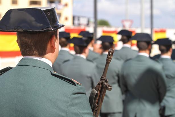 Das Archivbild zeigt Mitglieder der Guardia Civil auf Ibiza bei einer Parade.