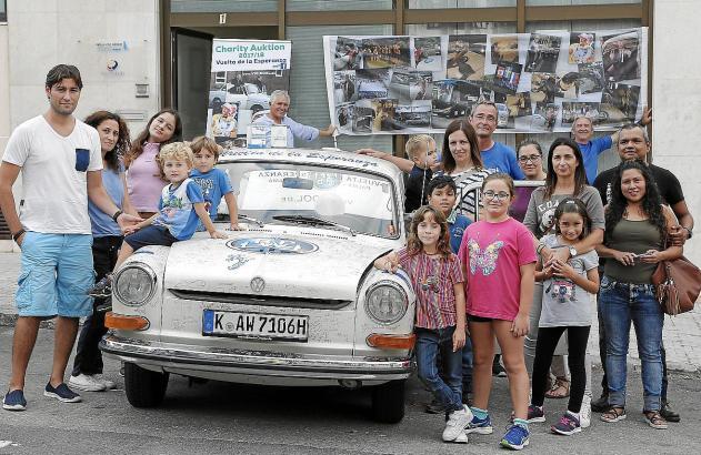 Michael Schulte-Karring (hinten links mit blauem T-Shirt und Brille) und sein Volkswagen zwischen den Kindern und Eltern der Sti