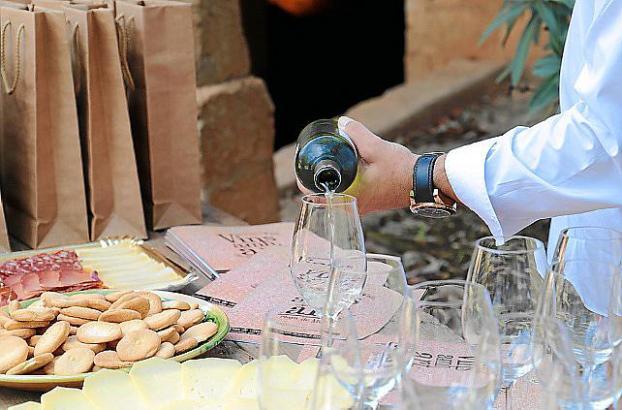 Zum vielseitigen Kulturprogramm kann man lokale Weine genießen.