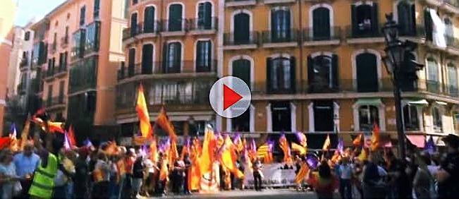 Spanische und balearische Flaggen wehten vor dem Rathaus.