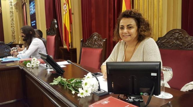 Weiße Blumen für die Abgeordneten gab es am Dienstag im Plenum des Balearen-Parlaments.