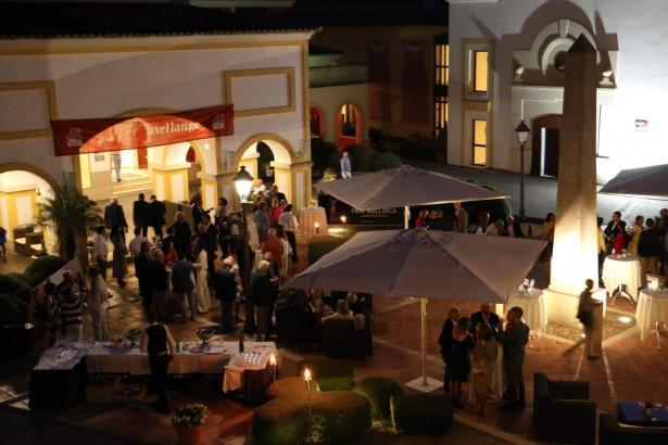 Der Abend begann auf der Plaza des Steigenberger-Hotels.