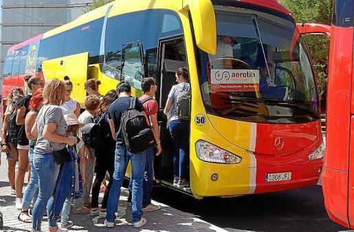 Das Archivfoto zeigt Passagiere beim Einsteigen in einen der gelb-roten Aerotib-Busse.