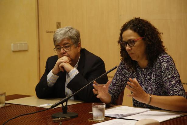Keine schöne Aussichten für die balearische Finanzministerin Catalina Cladera (r.), hier zu sehen mit dem Finanzexperten ihres H