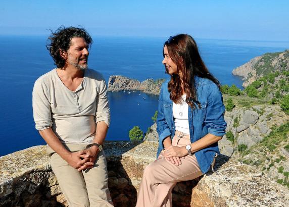 Katharina Müller-Elmau und Gregory Waldis vor spektakulärer Mallorca-Kulisse.