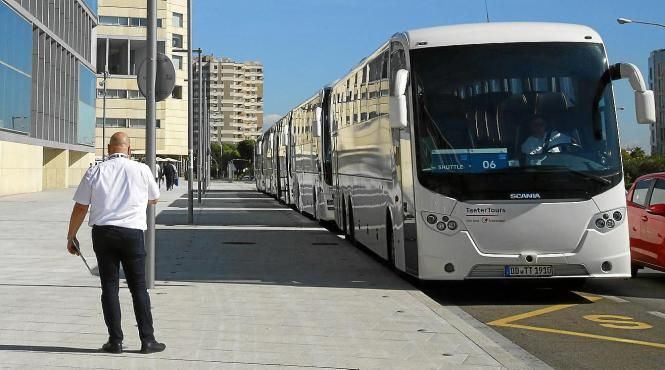 Mit diesen Bussen werden die Teilnehmer des Autokongresses in Palma vom Airport ins Tagungszentrum, ins Hotel und am Folgetag wi