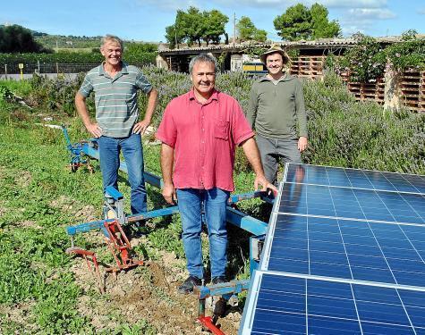 Dieter Zöbel, Damià Bover und Volker Nannen samt Solarpflug in Vilafranca.
