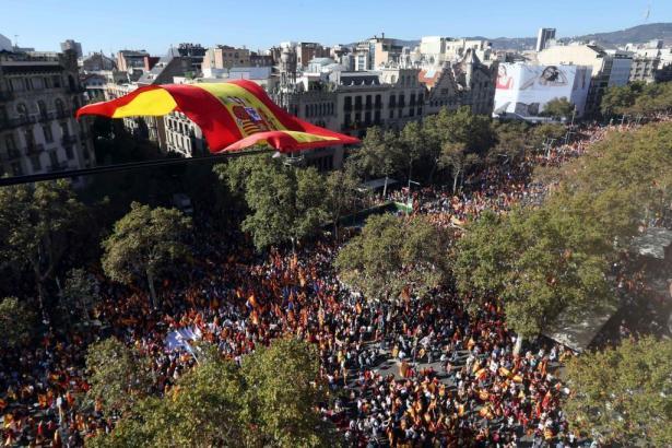 Die Innenstadt Barcelonas ist mit Demonstranten gefüllt.
