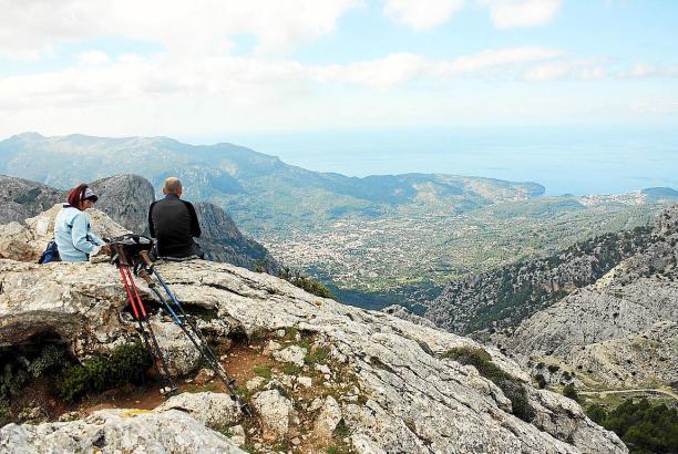 In Mallorcas Tramuntana kann man die Aussicht auf die Berge und das Meer genießen.