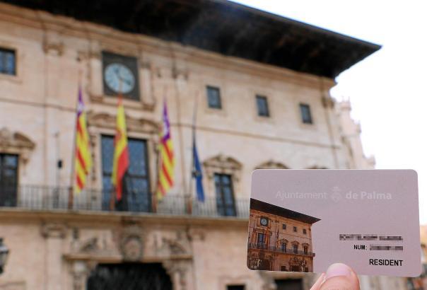 """Die Fassade des Rathauses ziert auch die """"Tarjeta Ciudadana""""."""