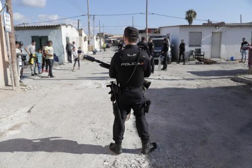 Die Polizei besetzt die Elendssiedlung Son Banya.