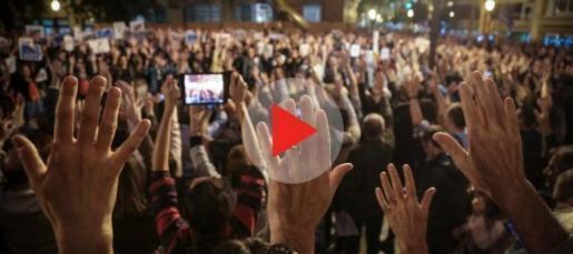 2000 Menschen demonstrierten am Freitagabend auf dem Rathausplatz in Palma.