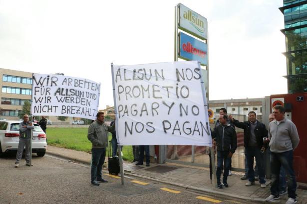 Demonstration vor dem Firmensitz des Düsseldorfer Reiseveranstalters Alltours in Palma.