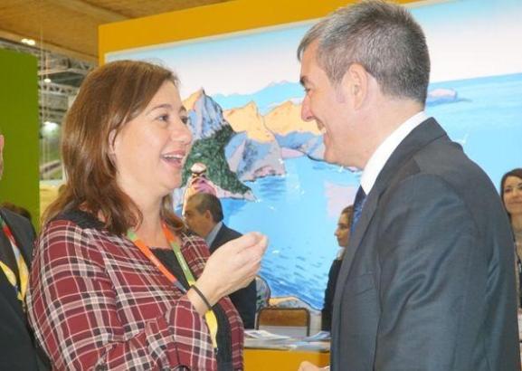 Am Montag auf dem World Travel Market in London: Die balearische Ministerpräsidentin Francina Armengol unterhält sich mit ihrem