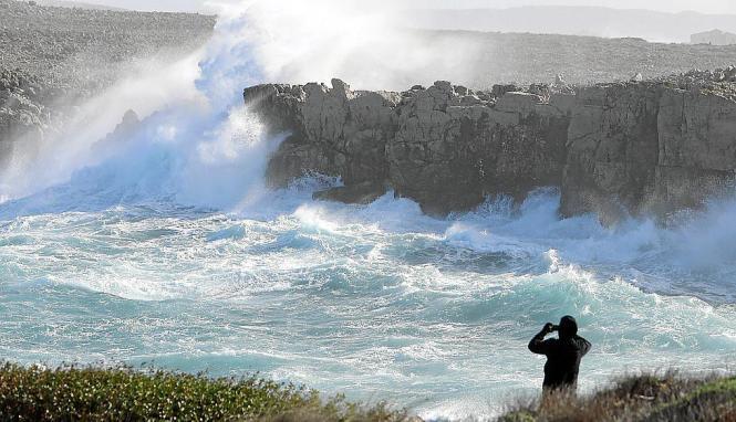 Hohen Wellen schlugen am Montag in Punta Grossa (Arenal d'en Castell) an die menorquinische Küste.