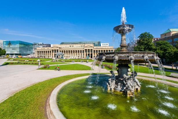Schlossplatz.Die barocke Gartenanlage mit Brunnen, Musik-Pavillon und Jubiläumssäule gehört zu einem der Hauptplätze der Stadt.