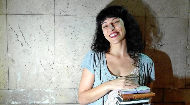 Die studierte Romanistin ist 1974 auf Mallorca geboren und lebt seit 1991 in Barcelona.