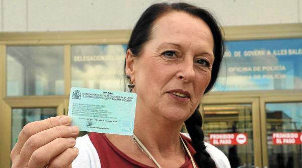 Monika Krafczyk hält endlich ihre grüne Karte in der Hand. Sie belegt, dass sie als EU-Bürgerin ins spanische Ausländerregister