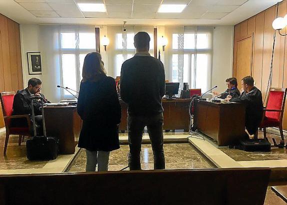 Der Angeklagte und eine Dolmetscherin vor Gericht.