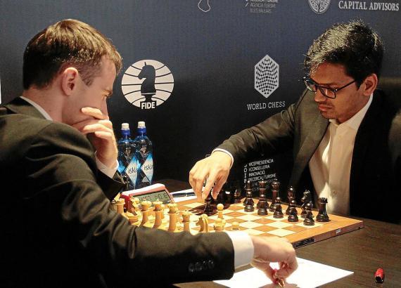 Hochkonzentriert sind die Schachspieler beim Fide-Grand-Prix an der Playa de Palma. Zuschauer müssen das Handy ausschalten.