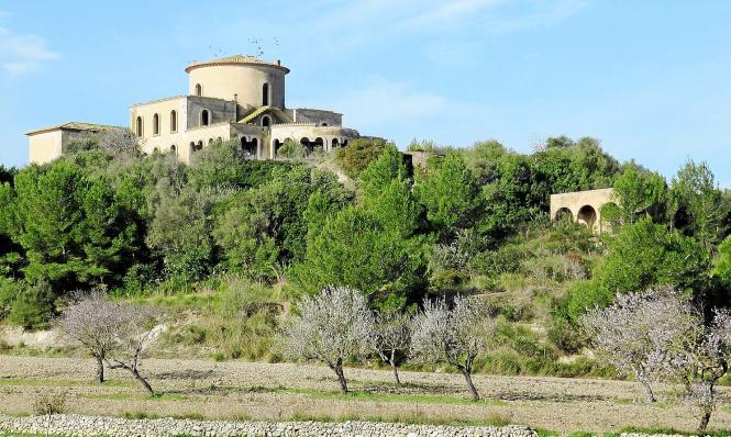 Die verfallene Villa thront auf einem Hügel bei Santa Margalida.