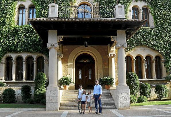 Das Archivfoto zeigt die spanische Königsfamilie vor dem Marivent-Palast in Palma.