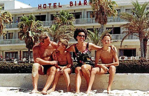 Die Familie genoss, dass das Hotel Biarritz direkt am Strand lag.