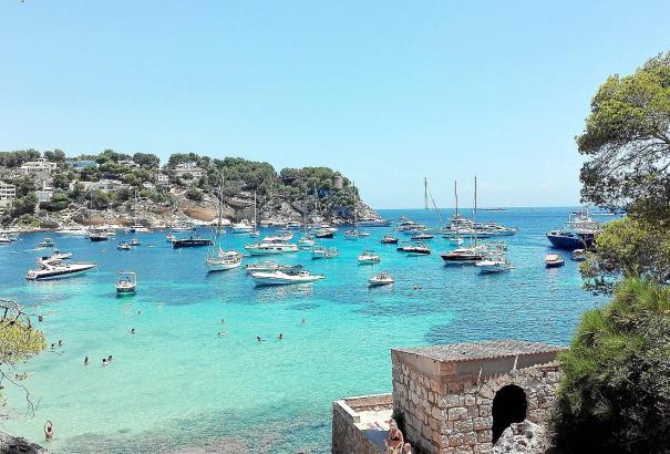 Portals Vells im Juli: Eine Vielzahl Yachten ankert in der Bucht, nicht alle auf Sand.
