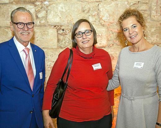 Maren Amberg mit ihrem Mann Manuel Tietsch und Konsulin Lammers (Mitte).