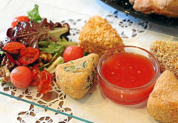 Tomatenmarmelade lässt sich hervorragend mit paniertem Käse kombinieren.