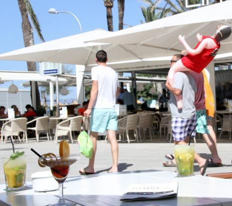 Gegensätze an der Playa de Palma: Die einen Unternehmer setzen auf Cocktails, die anderen auf billigen Alkohol.