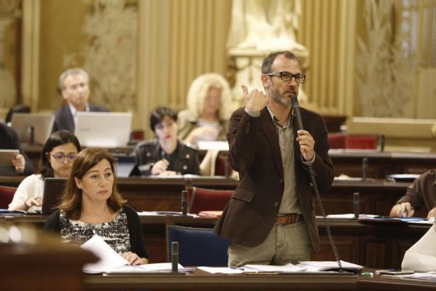 Wollen den Online-Portalen an den Kragen: Ministerpräsidentin Francina Armengol (PSOE) und ihr Stellvetreter, Tourismusminister