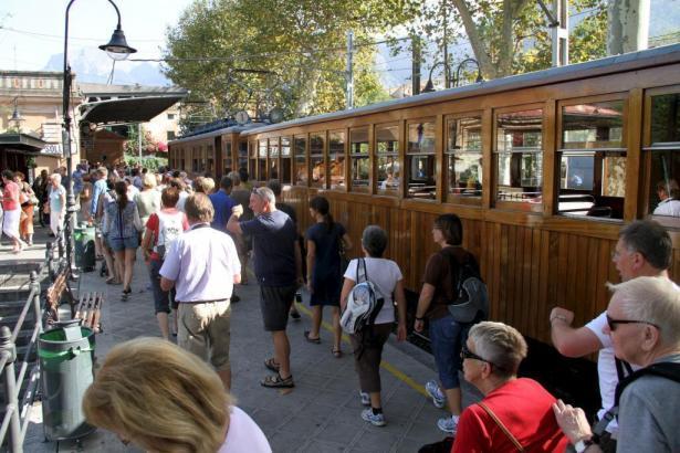 Der Sóller-Zug erfreut sich besonders bei Touristen großer Beliebtheit.