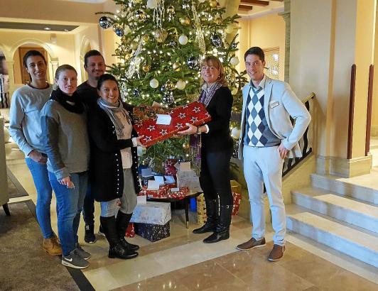 Am Rande der Bescherung vor einem Jahr: Steigenberger-F&B-Manager Marcus Illy (r.) und Britta Beringer (2.v.r.), Marketingdirekt