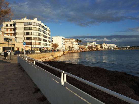 Die Meerespromenade von Cala Gamba,