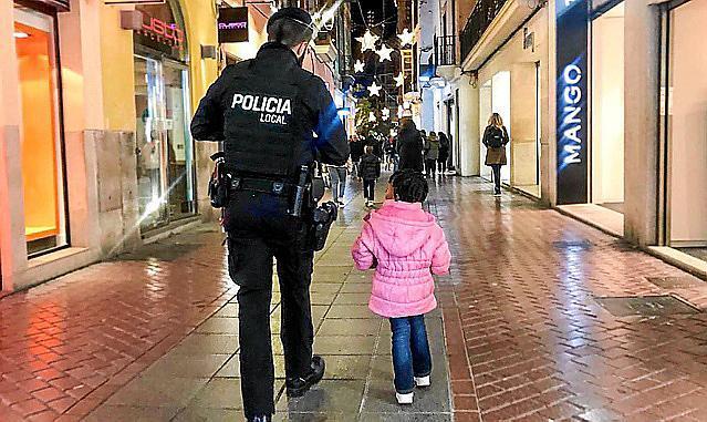Ein Lokalpolizist sucht mit dem kleinen Mädchen dessen Eltern.