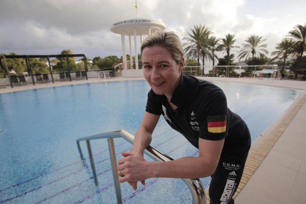 Claudia Pechstein am Pool des Robinson-Clubs Cala Serena. Die Sportlerin ist dort seit vielen Jahren Stammgast.