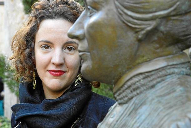 Die Künstlerin Georgina Gamundí samt der von ihr geschaffenen Clara-Hammerl-Büste.