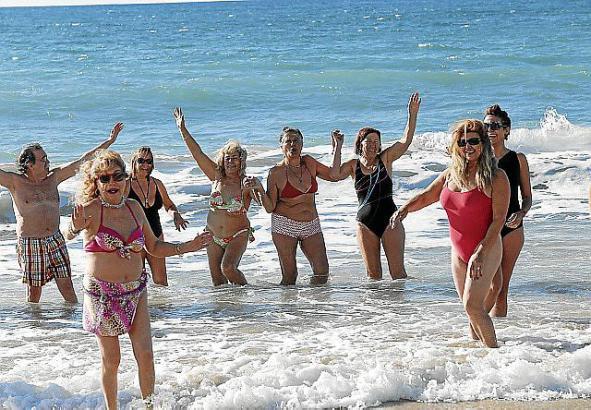 Jede Menge Spaß bei ihrem Neujahrsbad hatte diese Gruppe.