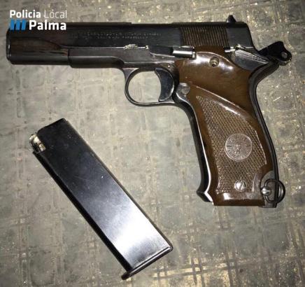 Die Polizei stellte die Pistole der Marke Llama sicher.