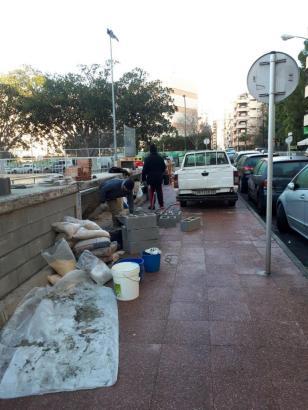 Mitarbeiter der Stadt verschließen die Mauernischen.