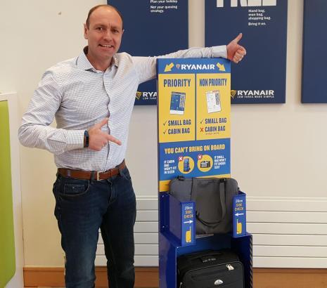 Kenny Jacobs, Chief Marketing Officer von Ryanair, stellt neue Gepäckrichtlinien vor.