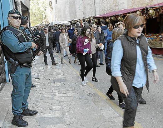 """Zivilgardisten überwachen den """"Dijous Bo"""" in Inca: Obwohl die Aufgaben gewachsen sind, wurde die Zahl der Polizeibeamten reduzie"""